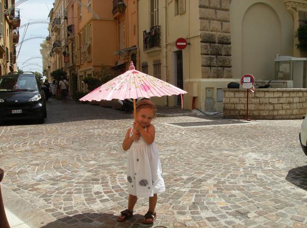 Rowen et sa nouvelle ombrelle/Monaco
